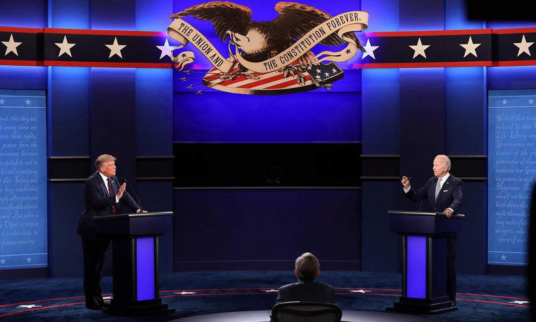 Donald Trump eta Joe Biden, aurrez aurre, zuzeneko lehen eztabaida saioan, Cleveland hirian. / JIM LO SCALZO / EFE