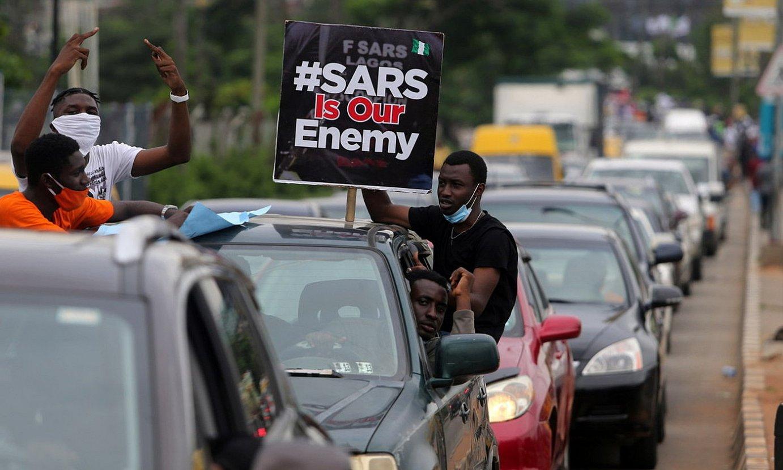 Urriaren 9ko polizia indarkeriaren aurkako protestak, Lagosen. ©AKINTUNDE AKINLEYE / EFE