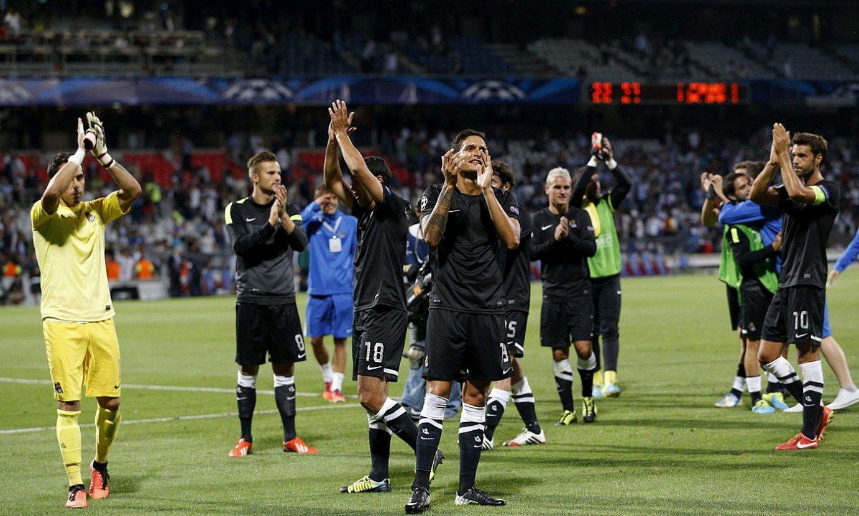 Realeko jokalariak, Lyonen aurkako partidaren ostean zaleak agurtzen, Gerlanden. ©YOAN VALAT / EFE
