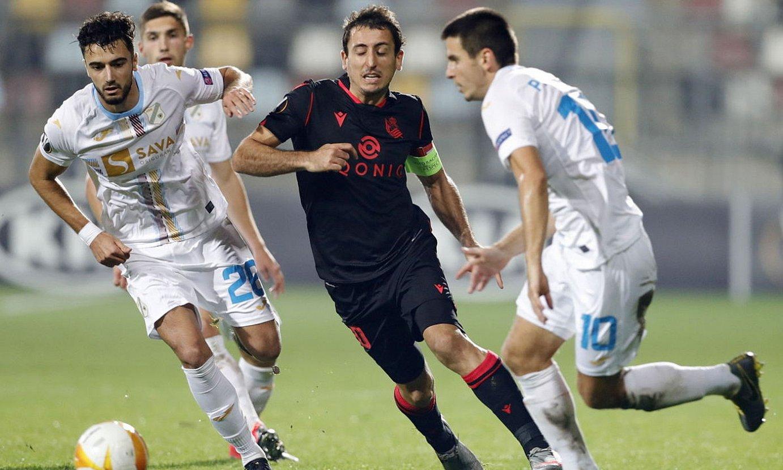 Oiartzabal atzoko partidan, Escoval eta Pavicic aurkarien erditik pasa nahian. ©ANTONIO BAT / EFE