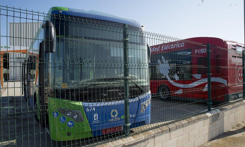 Trenasan ekoitzitako bi autobus, lantegiko aparkalekuan. ©IÑIGO URIZ / FOKU