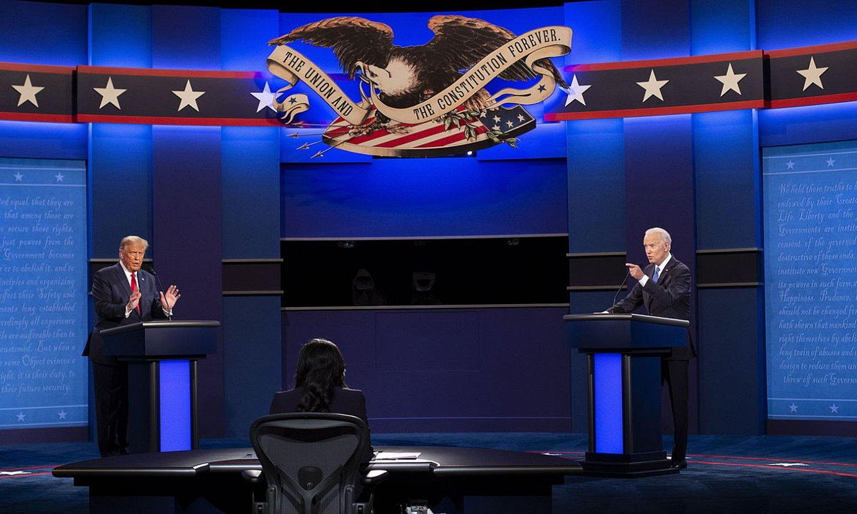 Donald Trump AEBetako presidentea eta errepublikanoen hautagaia eta Joe Biden demokraten presidentegaia, ostegun gauean, debatean. / SHAWN THEW / EFE