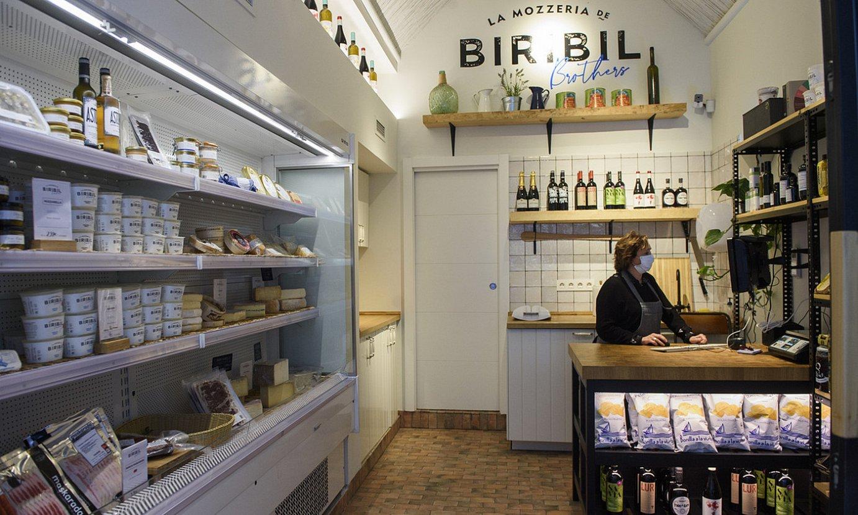 Bilbon bertan ekoitzi eta saltzen dituzte mozzarela eta burratak. ©MONIKA DEL VALLE / FOKU