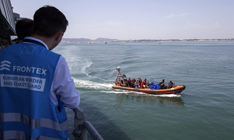 Frontex agentziako agente batzuk, Portugalgo kostan, artxiboko irudi batean. ©EFE