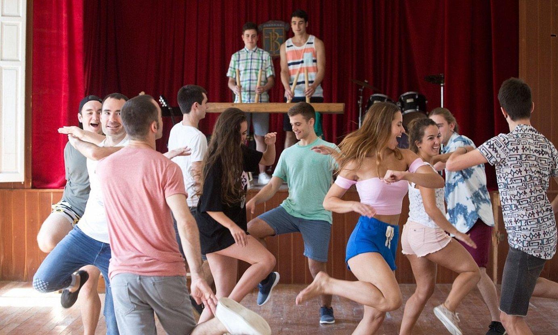 <em>Go!azen-</em>eko aktoreak eta Kukai taldeko dantzariak, grabaketa batean, Azpeitian (Gipuzkoa). ©EITB