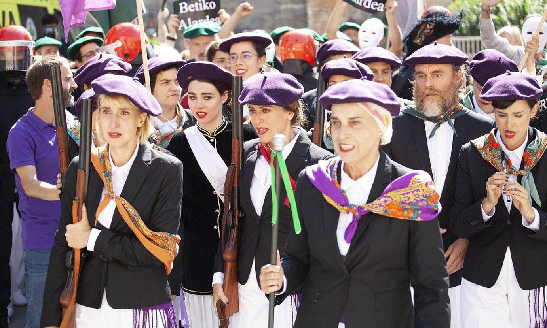 Uriolako emakumeen konpainia desfilean aterako da <em>Alardea</em> telesailaren azkeneko atalean. ©ETB