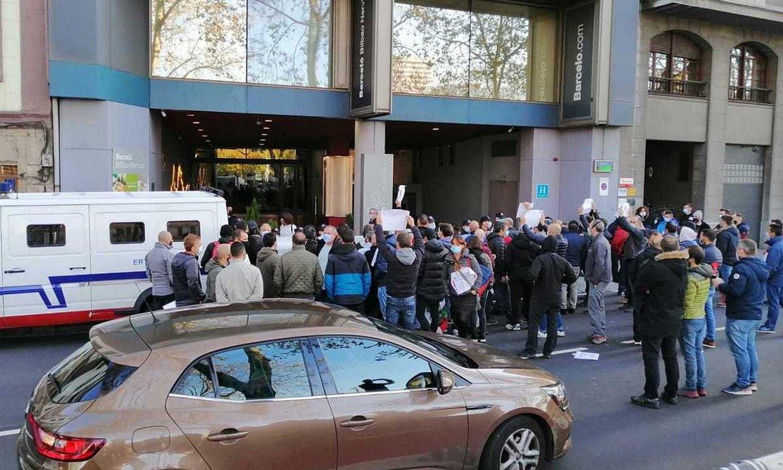 Matriceria Deustoko eta GTSko langileak Barcelo hotelaren atarira gerturatu ziren unea. ©BERRIA