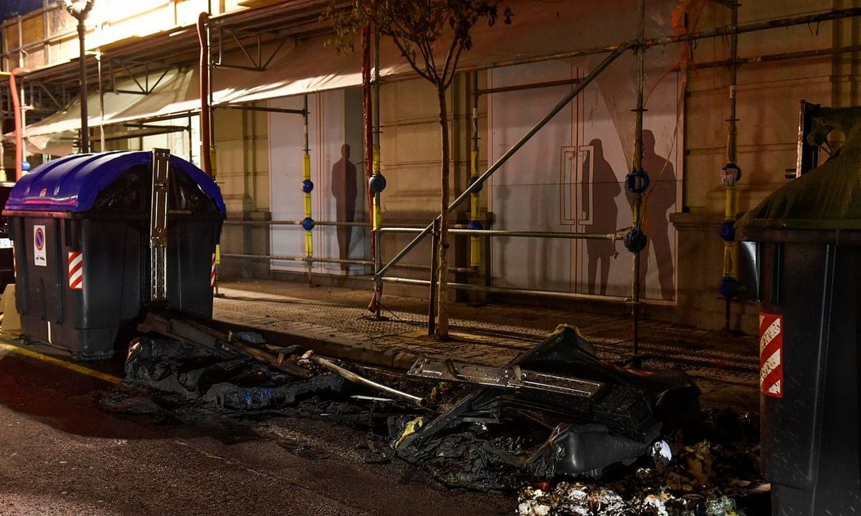 Protestariek erretako edukiontziak, Bilbon, ostegun gauean. ©MIGUEL TOÑA / EFE