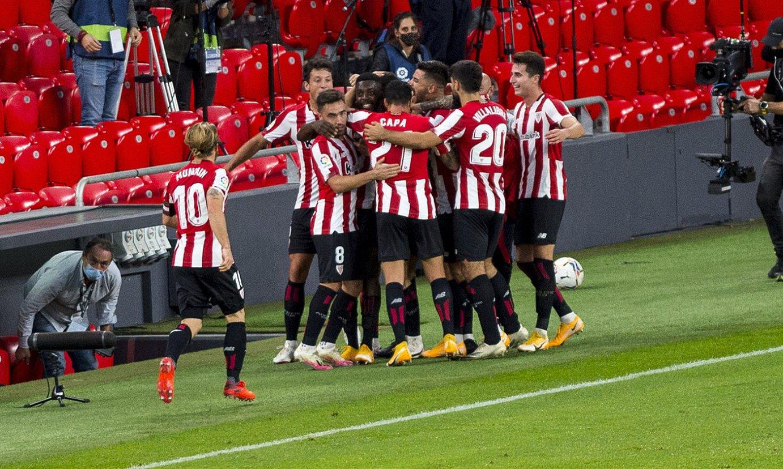 Athleticeko jokalariak Sanceten gola ospatzen, zeinak garaipena eman zion taldeari atzo Sevillaren aurka, San Mamesen. ©MARISOL RAMIREZ/ FOKU