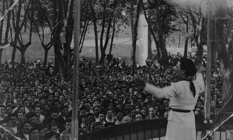 <b>Haydee Aguirre.</b> Emakume Abertzale Batzako kidea mitin batean, 1936an, Muskizen. ©IÑAKI ANASAGASTI