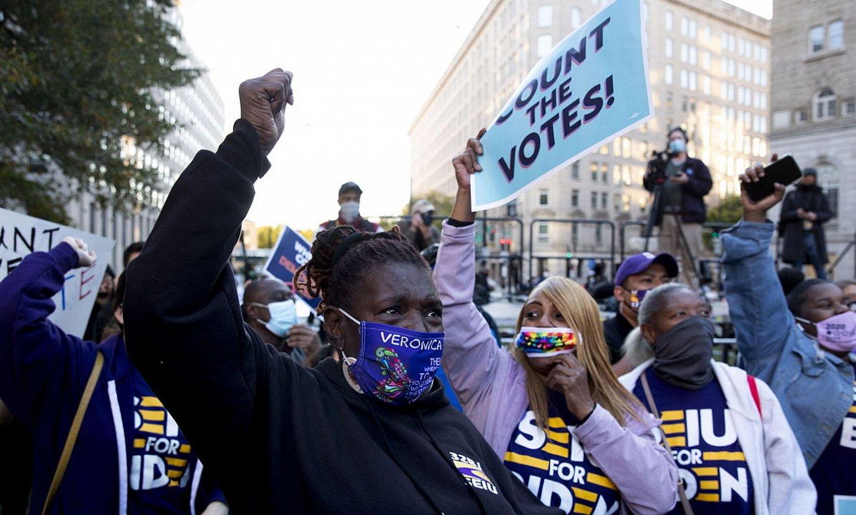 <b>Washington.</b> Demokrata talde bat pozik, Michiganen irabazi dutela jakin ostean. / MICHAEL REYNOLDS / EFE