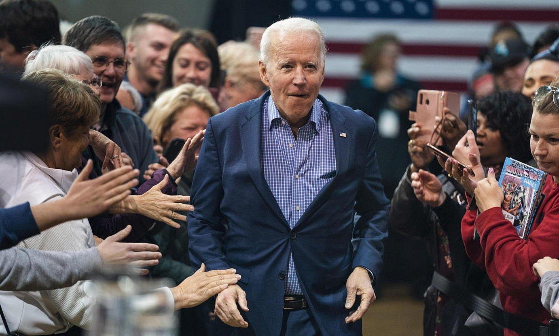 Joe Biden AEBetako Alderdi Demokratako presidentegaia, jarraitzaileen artean agertokira bidean, otsaileko hauteskunde ekitaldi batean. / JIM LO SCALZO / EFE