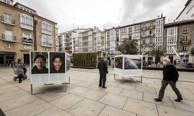 Erakusketa osatzen duten afixak, Gasteizko Andre Maria Zuriaren plazan. Ezkerrraldean, Sanad eta Xahden argazkiak ageri dira. ©JAIZKI FONTANEDA/ FOKU