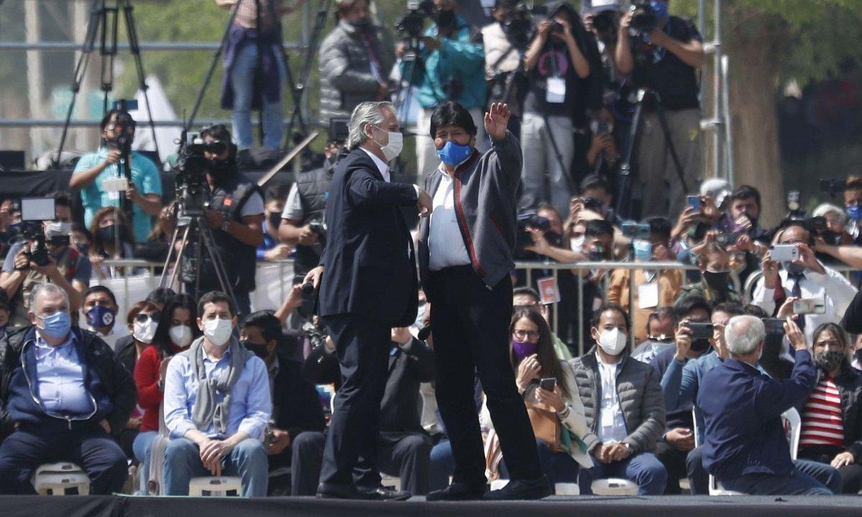 Evo Morales Boliviako presidente ohia Argentinako estatuburuarekin batera, atzo eginiko agur ekitaldian. ©PAOLO AGUILAR / EFE