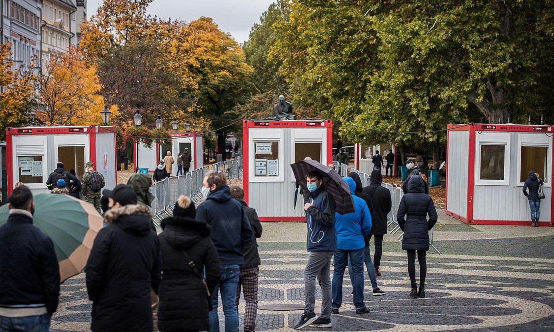 Antigenoen testa egiteko jende ilarak, iragan astean, Bratislavan. ©JAKUB GAVLAK / EFE