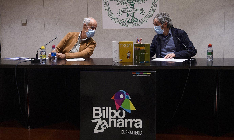 Patxi Zubizarreta eta Juan Kruz Igerabide idazleak, atzo, Bilboko Euskaltzaindiaren egoitzan, hizketan. ©M. DEL VALLE / FOKU