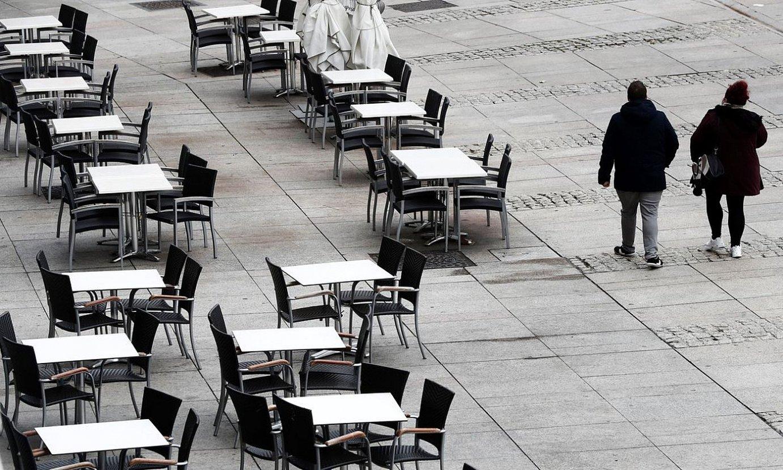 Taberna bateko terraza, hutsik, Iruñeko Gazteluko plazan. ©JESUS DIGES / EFE