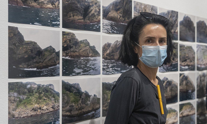 Erlea Maneros artista, Donostiako San Telmo museoan ikusgai jarri dituen lanekin. ©ANDONI CANELLADA / FOKU
