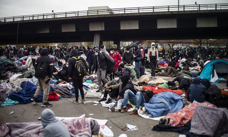 Migratzaileak ebakuatuak izateko zain, atzo, Parisen. ©YOAN VALA / EFE