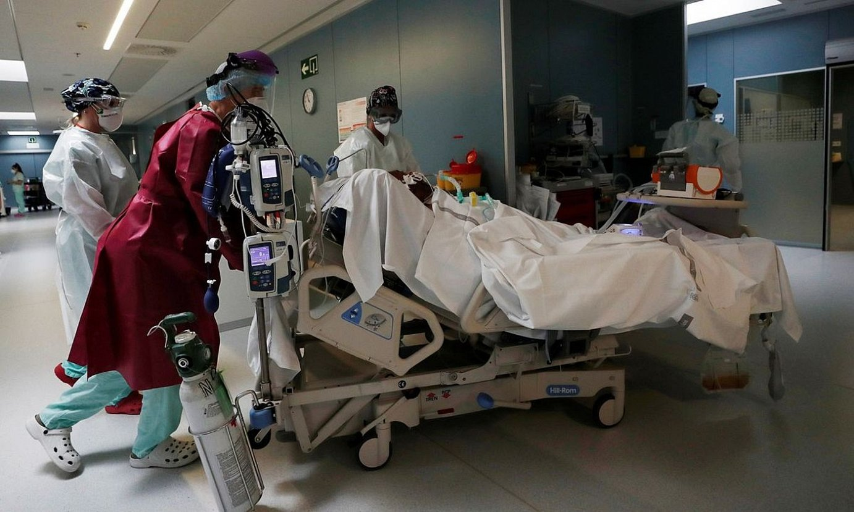 Nafarroako Ospitaleko ZIUko langileak, gaixo bat artatzen. ©JESUS DIGES / EFE