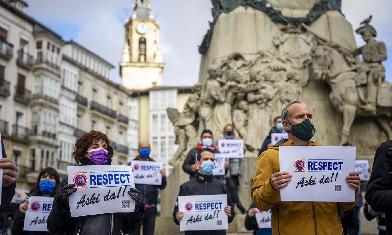 Mercedeseko langileek atzo Gasteizen, Andre Mari Zuriaren plazan, eginiko protesta elkarretaratzea. ©JAIZKI FONTANEDA / FOKU