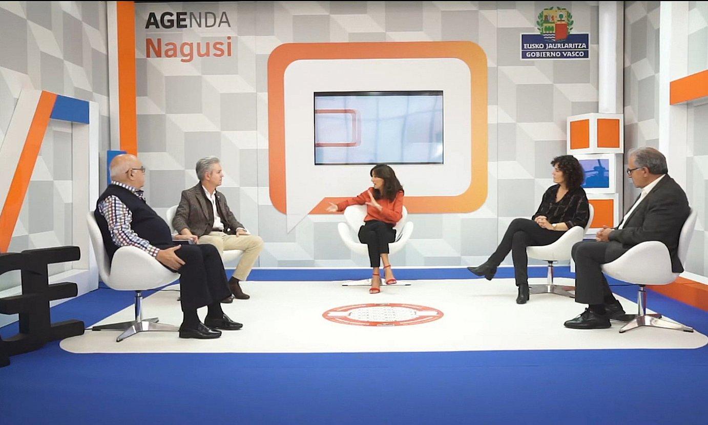Beatriz Gazquez aurkezlea, erdian, eta gonbidatuak, Agenda Nagusi TV web telebistako lehenbiziko saioan. ©BERRIA