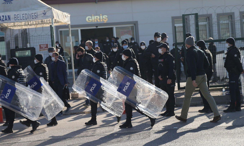 Turkiako Polizia, atzo, Ankarako Sincan espetxeko auzitegi irteera zaintzen. ©STR / EFE