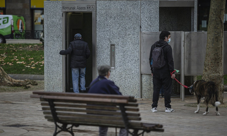 Goizean goizetik jendea pilatzen da Bilboko komun publikoetan. ©ARITZ LOIOLA / FOKU