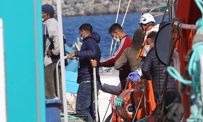 Migratzaileak Arguineguineko portura iristen, Kanarietan. ©ELVIRA URQUIJO A. / EFE
