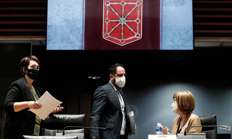 Ainhoa Aznarez (Ahal Dugu), Ramon Alzorriz (PSN) eta Uxue Barkos (Geroa Bai), parlamentuan, urrian. ©JESUS DIGES / EFE