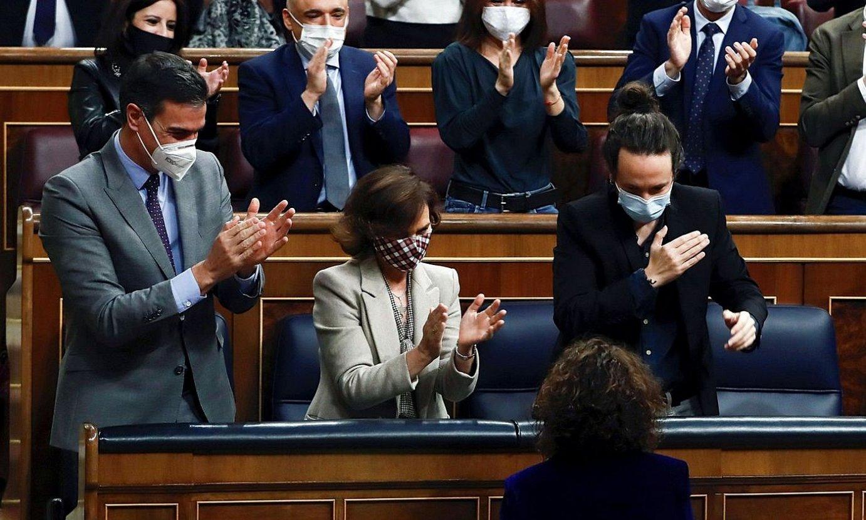 Pedro Sanchez, Carmen Calvo eta Pablo Iglesias, Maria Jesus Montero (behean) zoriontzen, atzo, Espainiako Kongresuan. Aurrekontuen bozketak amaituta, Espainiako Ogasun ministroak txalo zaparrada jaso zuen. ©MARISCAL / EFE
