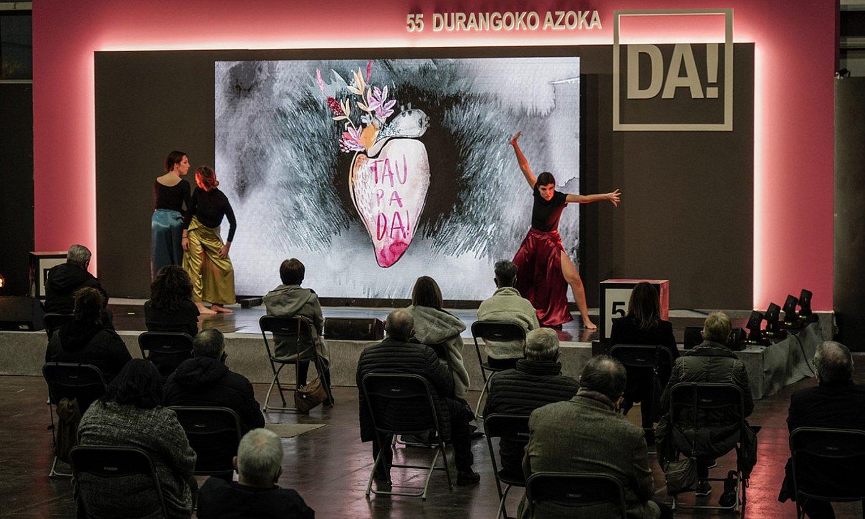 Bagara dantza taldeko kideak, atzo, Durangoko Azoka irekitzeko Landako gunean egindako ekitaldian. ©MARISOL RAMIREZ / FOKU