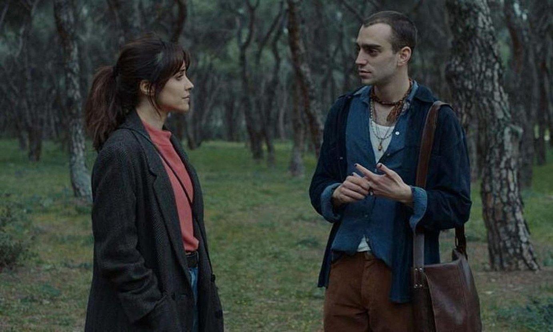 Noemi, filmeko protagonista, New Yorketik Madrilera itzultzen denean topatzen duen lagun batekin hitz egiten. ©EL ARTE DE VOLVER