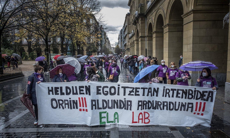 Gipuzkoako zaharren egoitzetako langileen manifestazioa, atzo, Donostian. ©JON URBE / FOKU