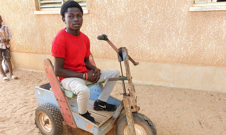 Egun toki batetik bestera mugitzeko erabiltzen duen bizikleta zaharkitua gelditu zaio Aziz Ndaye senegaldar gazteari. ©BERRIA
