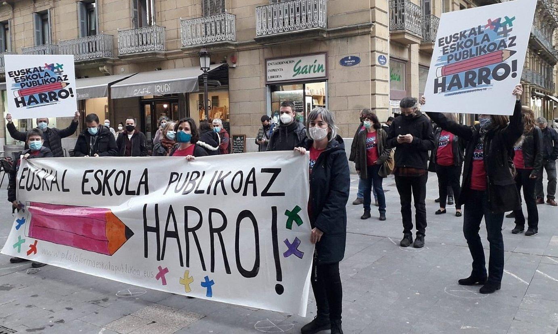 Euskal Eskola Publikoaz Harro topagunearen agerraldia, atzo. ©BERRIA