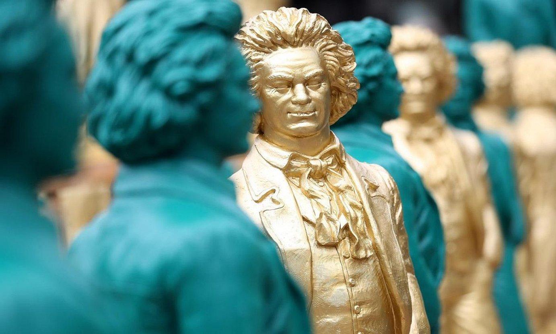 Ludwig van Beethoven irribarrez ageri da Ottman Horl artista alemaniarrak urteurrenaren harira haren sorlekuan (Bonnen) jarritako instalazioko eskulturetan. ©FRIEDEMANN VOGEL / EFE