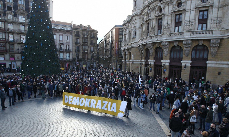Bilboko Arriaga plazan atzo eguerdian eginiko elkarretatzean bildu zen jendea. ©ARITZ LOIOLA / FOKU