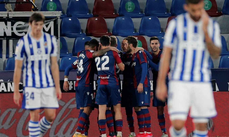 Levanteko jokalariak, bigarren gola ospatzen, atzo. Realeko jokalariak ageri dira, burumakur. ©JUAN CARLOS CARDENAS / EFE