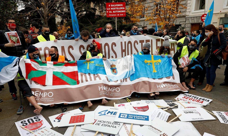 Galiziatik Madrilera oinez joaniko ostalariak eta azken egunean batu zitzaizkien euskal herritarrak. ©CHEMA MOYA / EFE