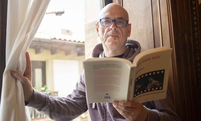 Iñaki Segurola idazlea, <em>Sed quia sua</em> bere saiakera berria esku artean duela, Donostian, liburuaren aurkezpenean. ©JUAN CARLOS RUIZ / FOKU