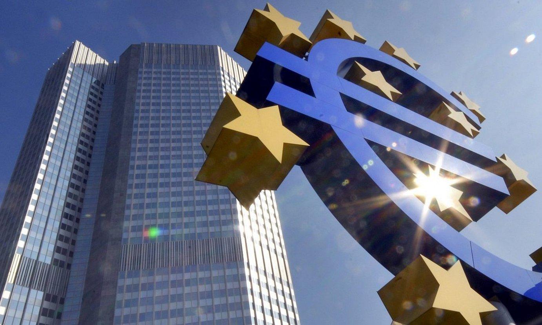 Euro baten irudia, Europako Banku Zentraleko egoitzaren aurrean, Frankfurten. ©BERND KAMMERER / EFE