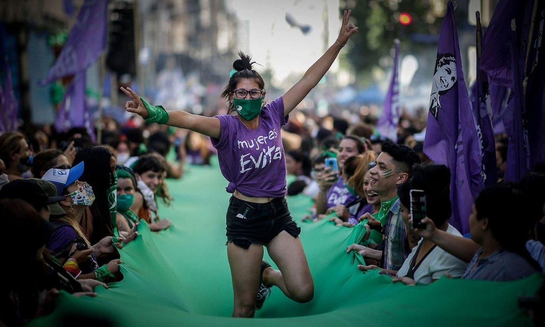 Abortuaren aldeko mugimenduaren protesta bat Buenos Airesen, Kongresuaren egoitzaren parean, hilabete hasieran. ©JUAN IGNACIO RONCORONI / EFE