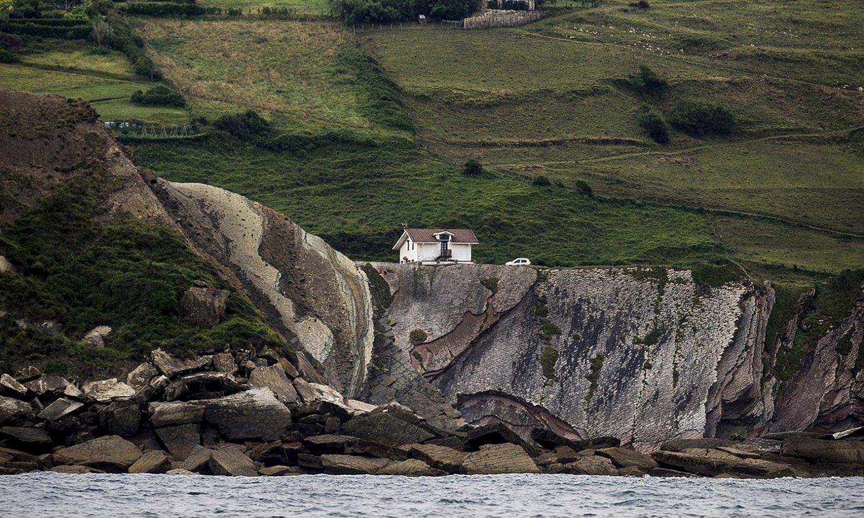 Gipuzkoako flyscha, Zumaian, San Telmo ermita muinoan dela. ©GORKA RUBIO / FOKU
