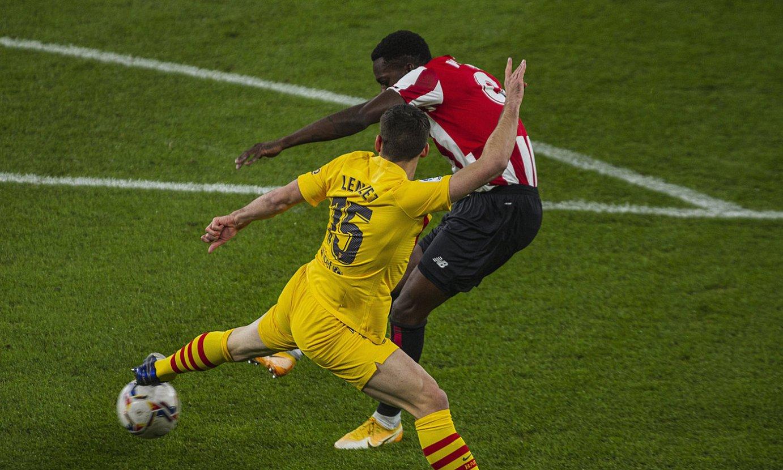 Williams jaurtiketa egiten, atzo, Athleticen gola izan zen jokaldian. ©ARITZ LOIOLA / FOKU