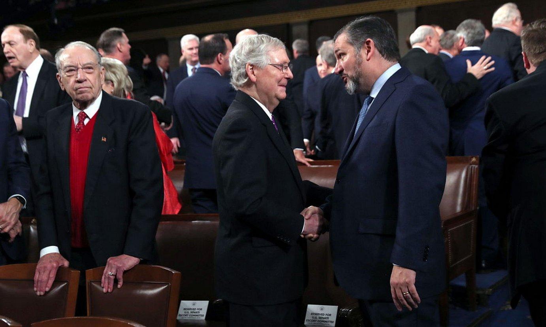 Mitch McConnell Alderdi Errepublikanoaren Senatuko burua eta Ted Cruz senatari errepublikanoa, iazko otsailean, elkarri eskua ematen. ©LEAH MILLIS /EFE