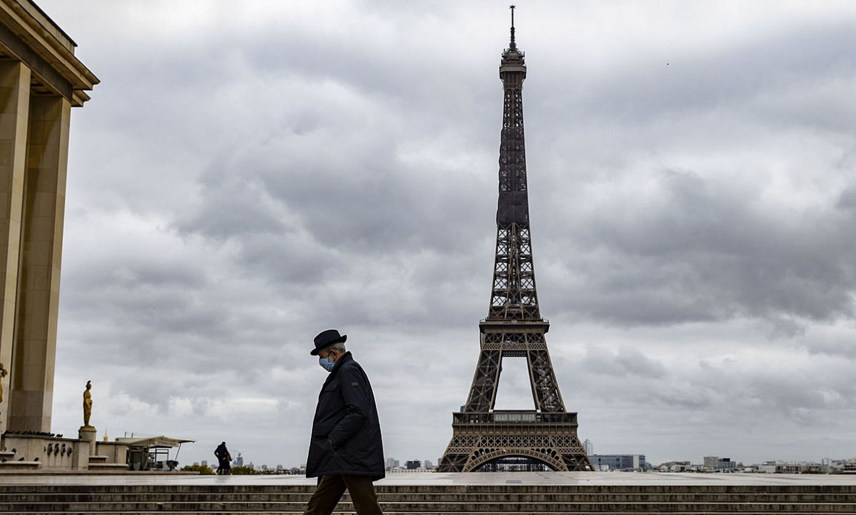 Ibiltari bakarti bat, pandemia betean, Parisen. / IAN LANGSDON / EFE
