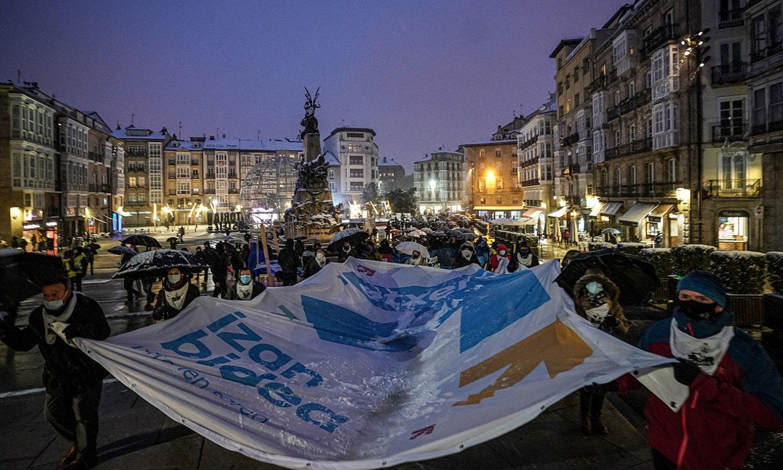 <b>Gasteiz. </b>Manifestazioa jendetsua egin zuten Gasteizen. Bost zutabe abiatu ziren, Artiumen elkartu, eta Andre Mari Zuriaren plazan bukatu zuten. ©ENDIKA PORTILLO / @FOKU