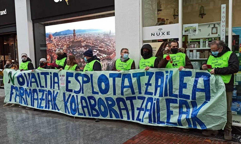 Novaltiako langileak, kooperatibaren botika baten aurrean protesta egiten. ©NOVALTIAKO LANGILE BATZORDEA