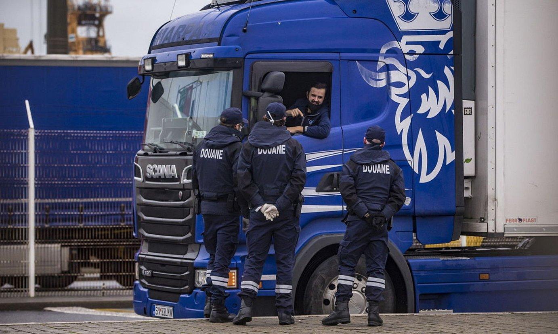 Frantziako mugazainak, kamioi bat kontrolatzen, Calaisen. ©C. PETIT TESSON / EFE